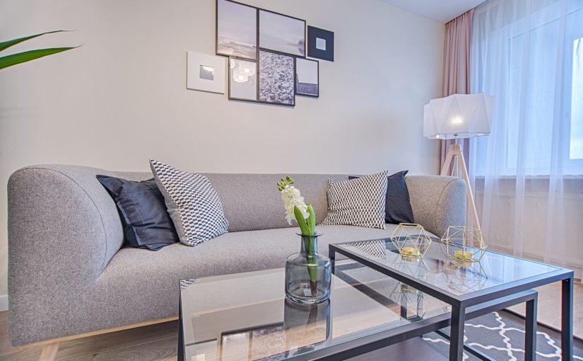 Jak ustawić meble wypoczynkowe w małym salonie?