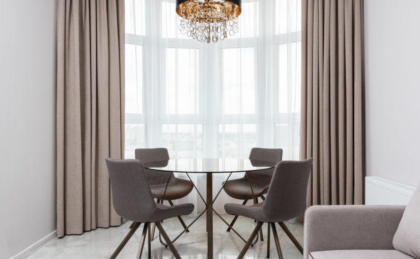 Jakie krzesła wybrać do drewnianego stołu?